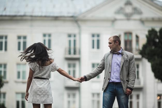 Młoda i piękna europejska para świetnie się bawi na tle miasta