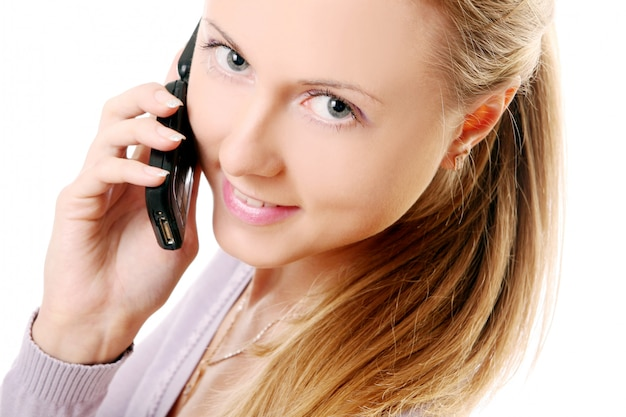 Młoda i piękna kobieta dzwoni telefonem