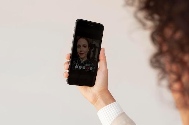 Młoda i piękna kobieta ma spotkanie online