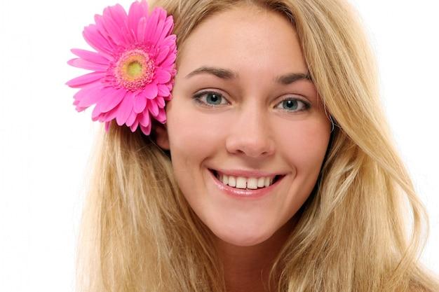 Młoda i piękna kobieta relaksująca