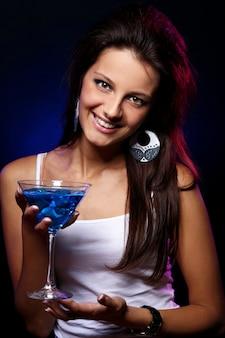 Młoda i piękna kobieta w klubie nocnym