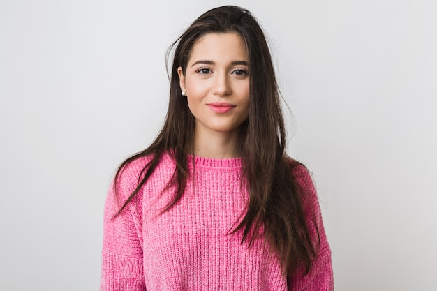Młoda i piękna kobieta w różowym ciepłym swetrze, naturalny wygląd, uśmiechnięta, portret na, odizolowane, długie włosy