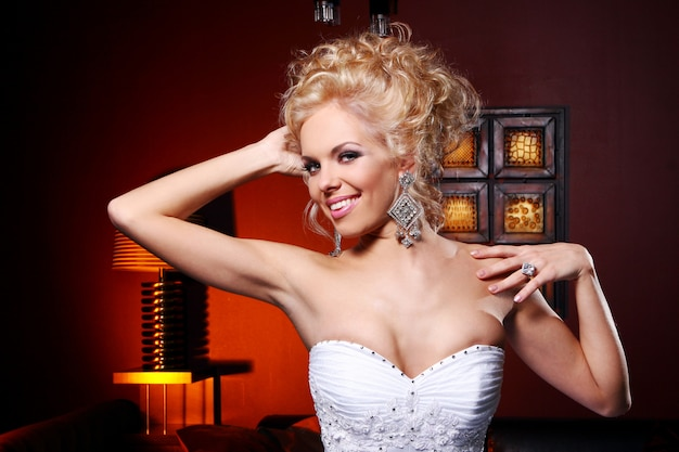 Młoda i piękna panna młoda w sukni ślubnej