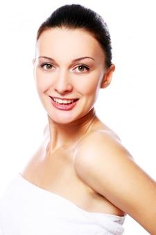 Młoda i piękna szczęśliwa kobieta relaksuje w zdroju