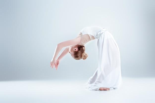 Młoda i piękna tancerka baletowa