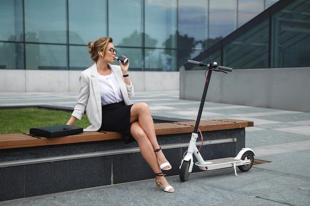 Młoda i stylowa bizneswoman palenia vape po jej pracy