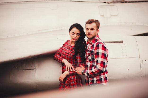 Młoda i stylowa para na zewnątrz