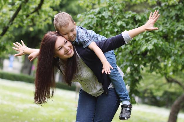 Młoda i szczęśliwa matka z synem