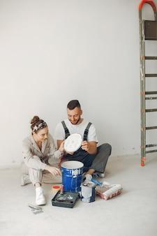 Młoda i urocza para naprawia pokój