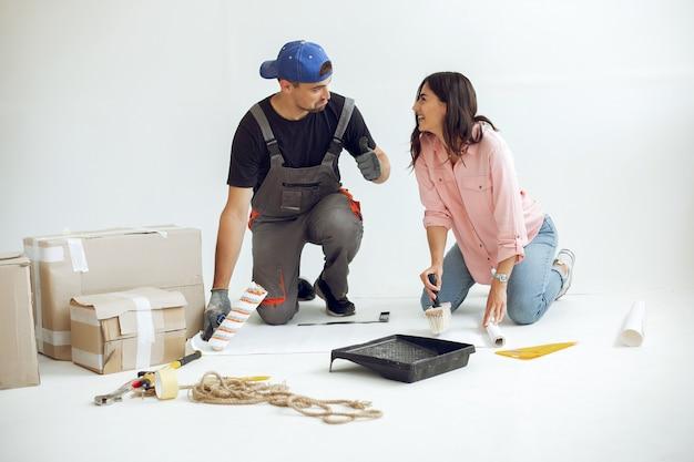 Młoda i urocza rodzina naprawia pokój