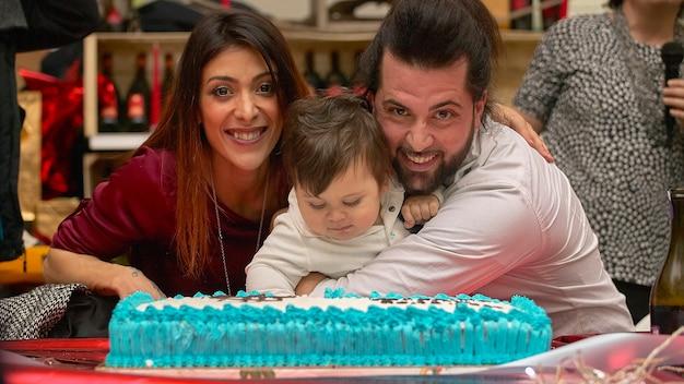 Młoda i urocza rodzina z tortem urodzinowym