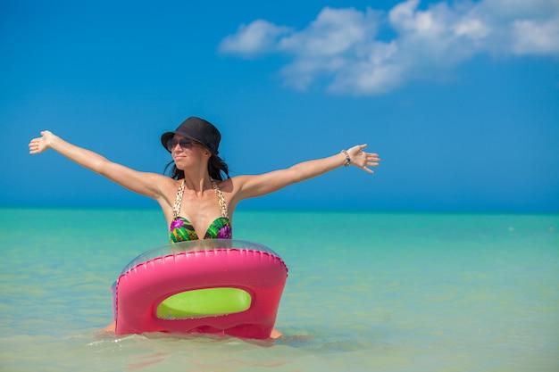 Młoda idealna kobieta na dmuchanym materacu w morzu