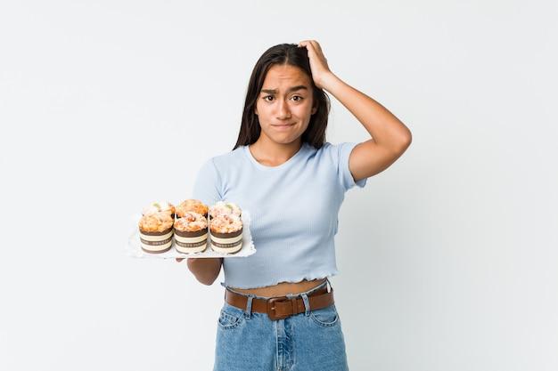Młoda indianka rasy mieszanej, która jest w szoku ze słodkimi ciastkami, przypomniała sobie ważne spotkanie.