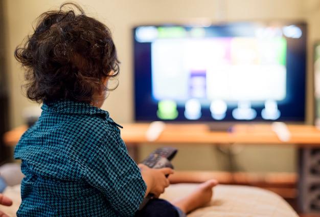 Młoda indiańska chłopiec ogląda telewizję