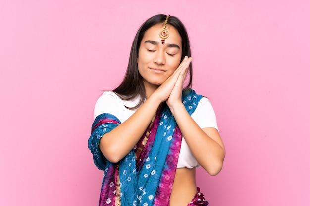 Młoda indiańska kobieta z sari nad odosobnioną ścianą robi sen gestowi w dorable wyrażeniu