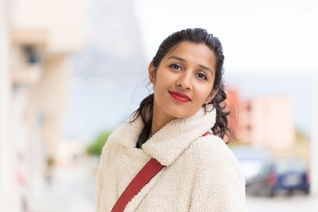 Młoda indyjska kobieta cieszy się odwiedzający nowego miasto