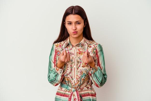 Młoda indyjska kobieta na białej ścianie pokazując, że nie ma pieniędzy.