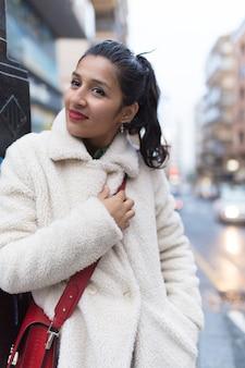 Młoda indyjska kobieta odwiedza nowe miasto