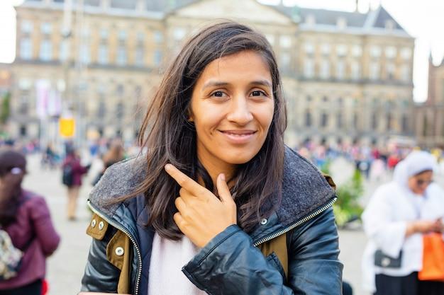 Młoda indyjska kobieta ono uśmiecha się w mieście