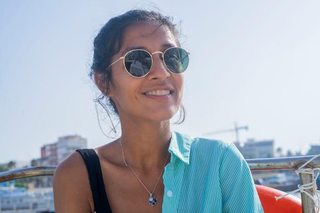 Młoda indyjska kobieta szczęśliwa w łodzi