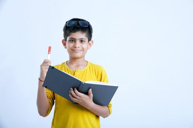 Młoda indyjska śliczna chłopiec z notatnikiem