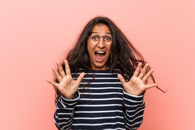 Młoda intelektualistka indyjska kobieta świętuje zwycięstwo lub sukces