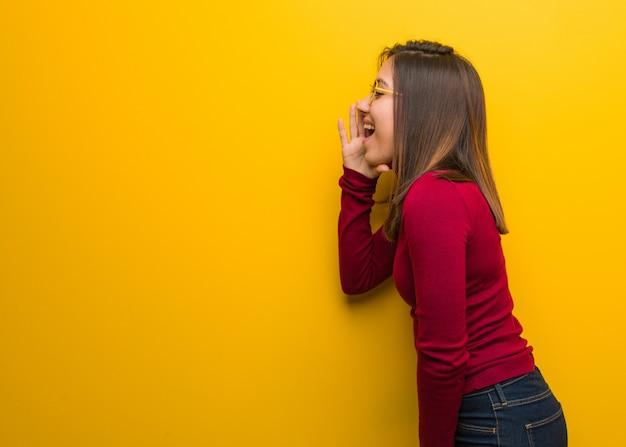 Młoda intelektualistka szepcząca głos plotki