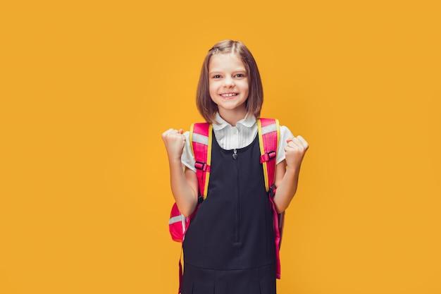 Młoda Inteligentna Studentka Rasy Kaukaskiej Nosząca Plecak Stojąca Na Izolowanym żółtym Tle Krzycze... Premium Zdjęcia