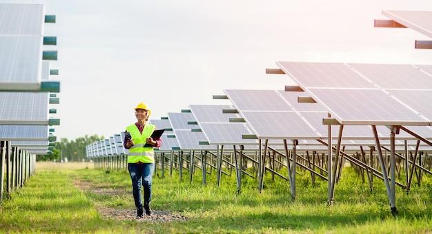 Młoda inżynierka zajmująca się ogniwami słonecznymi ciężko pracuje. praca w alternatywnych źródłach energii energia słoneczna