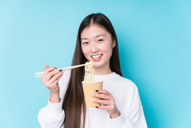 Młoda japonka jedzenie makaronu