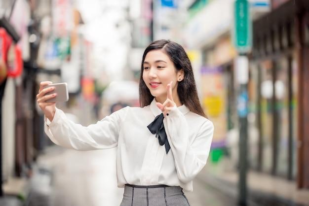 Młoda japonka na zewnątrz