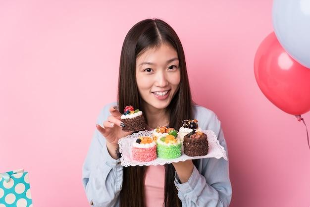 Młoda japonka przygotowuje przyjęcie urodzinowe