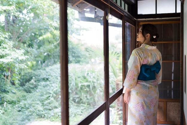 Młoda japonka ubrana w kimono