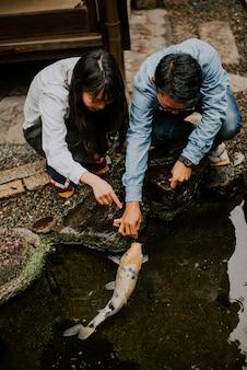 Młoda japońska para spędza czas w domu