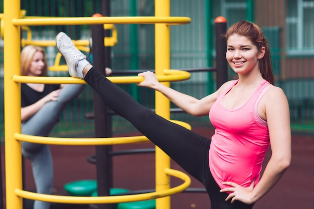 Młoda kaukaska atleta ćwiczy nogi jeździ na siłowni sportowej do aktywnego wypoczynku na świeżym powietrzu. sporty letnie i zdrowy styl życia.