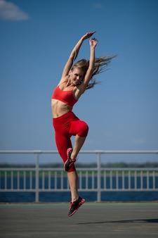 Młoda kaukaska dziewczyna w sportswear tanczy outdoors