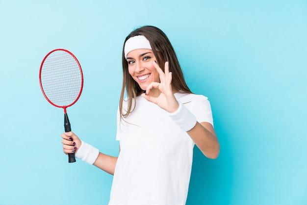 Młoda kaukaska kobieta bawić się badminton odizolowywał rozochoconego i ufnego seansu ok gest.