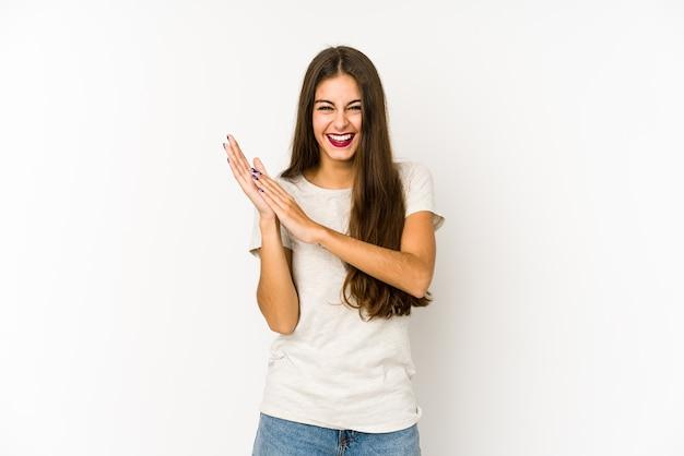 Młoda kaukaska kobieta czuje się energiczna i wygodna, pewnie zacierając ręce.