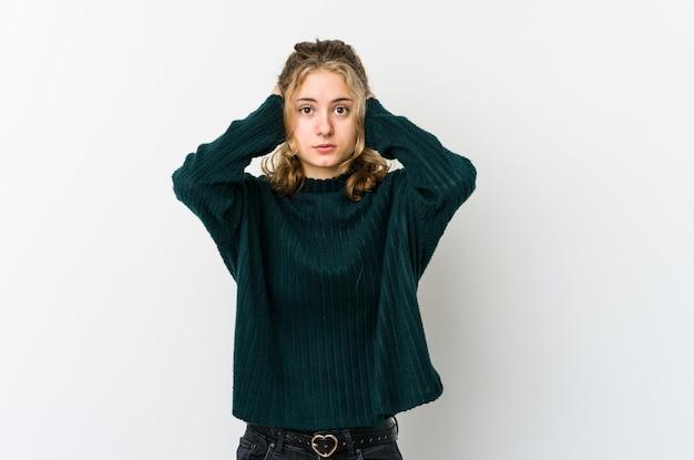 Młoda kaukaska kobieta na białym tle będąc w szoku, przypomniała sobie ważne spotkanie.
