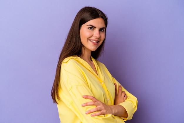 Młoda kaukaska kobieta na fioletowym tle szczęśliwa, uśmiechnięta i wesoła.