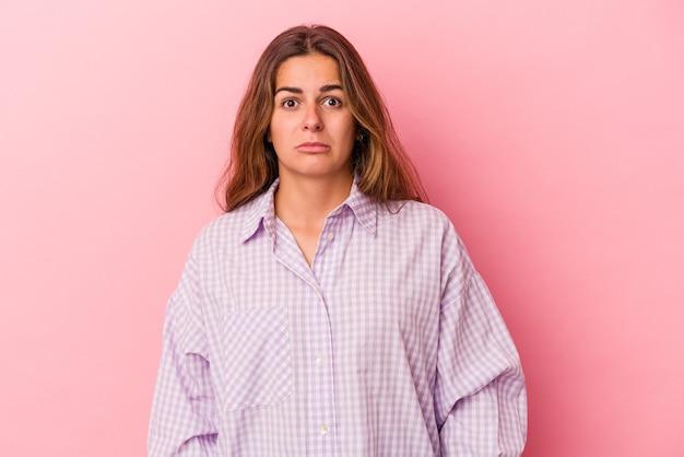 Młoda kaukaska kobieta na różowym tle smutna, poważna twarz, czuje się nieszczęśliwa i niezadowolona.