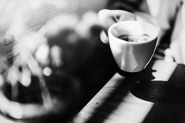 Młoda kaukaska kobieta w kawiarni