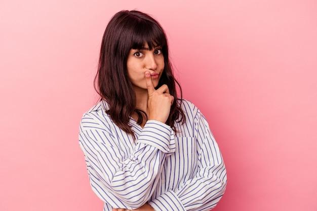 Młoda kaukaski kobieta na białym tle na różowej ścianie niezadowolony patrząc w kamerę z sarkastycznym wyrazem.