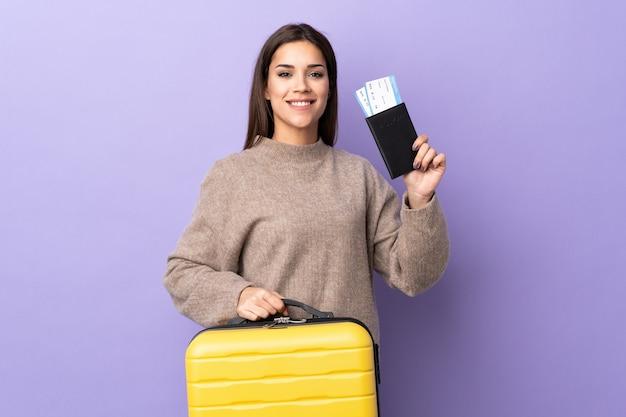 Młoda kaukaski kobieta z walizką i paszportem