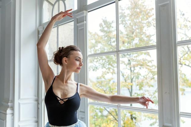 Młoda klasyczna kobieta tancerz baletu w klasie tańca