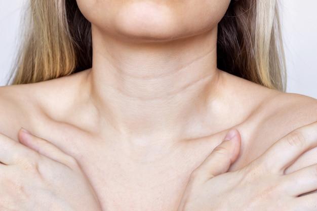 Młoda kobieca szyja i klatka piersiowa zmarszczki na szyi