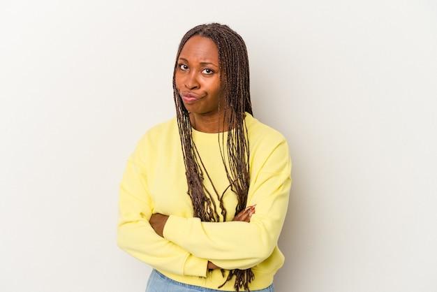 Młoda kobieta african american na białym tle niezadowolony patrząc w aparacie z sarkastycznym wyrazem.