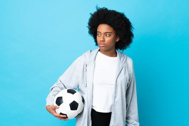 Młoda kobieta african american na białym tle