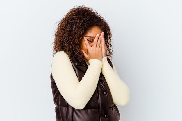 Młoda kobieta african american, wyrażając emocje na białym tle