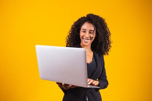 Młoda kobieta afro korzystająca z laptopa